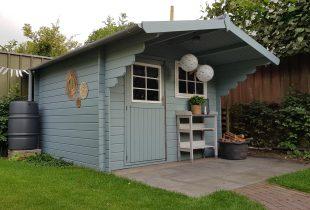 Zweeds tuinhuis blauw beitsen schilderen