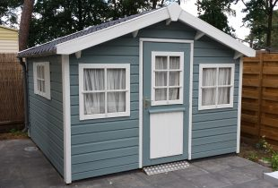 Verweerd tuinhuis verven in Ljus Blå (lichtblauw) Moose Färg