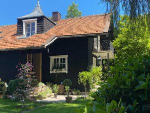 Houten huis zwart verven
